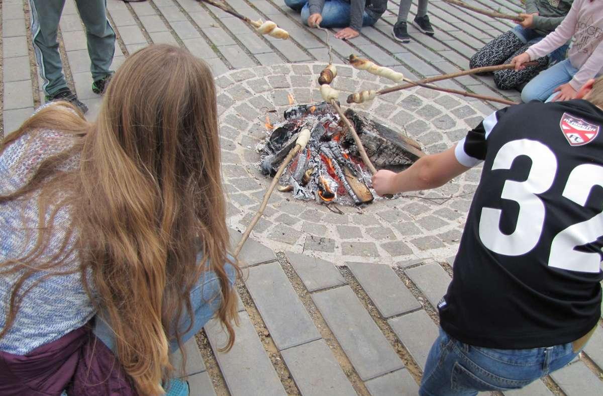 Was gilt, wenn Eltern zusammen mit Schülern und Lehrern ein Grillfest veranstalten? Foto: Eileen Breuer