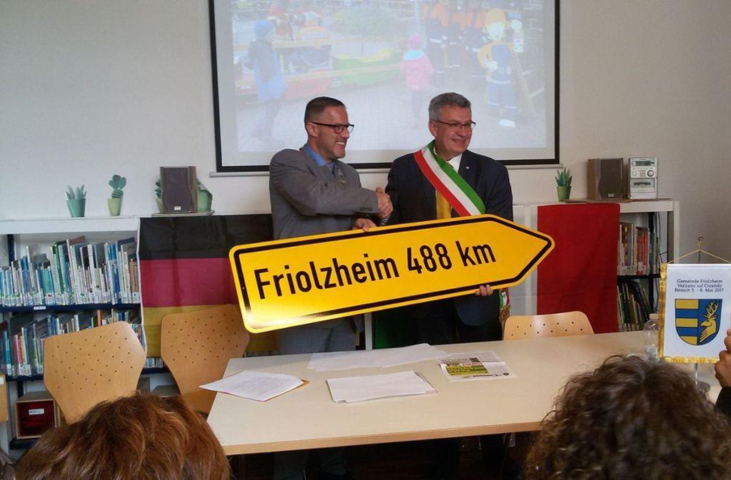 Seit November 2017 arbeitet Bürgermeister Michael Seiß (l.) an der Gemeindepartnerschaft. Foto: Gemeinde Friolzheim