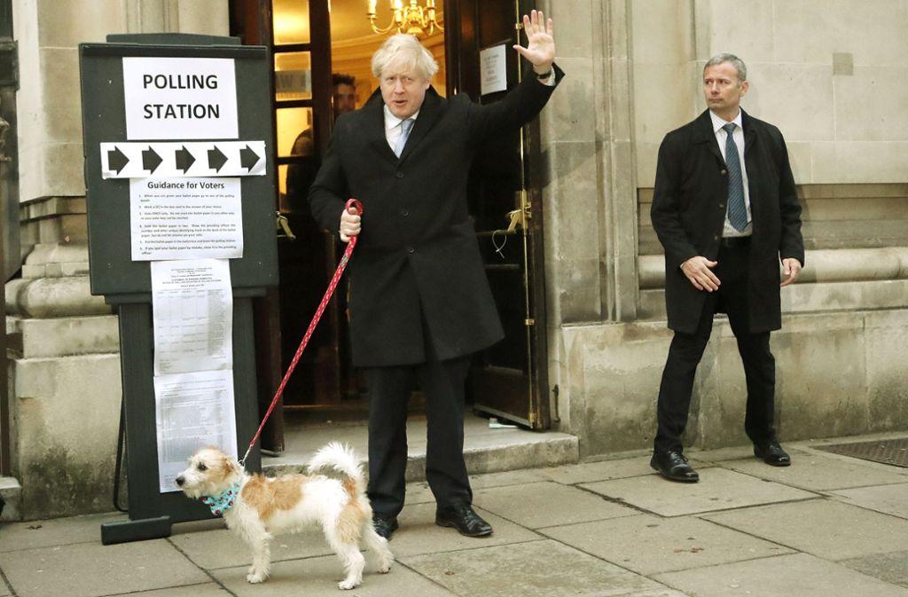 Premier Boris Johnson verlässt mit Hund Dilyn das Wahllokal – und war da schon in bester Laune. Foto: AP/Frank Augstein