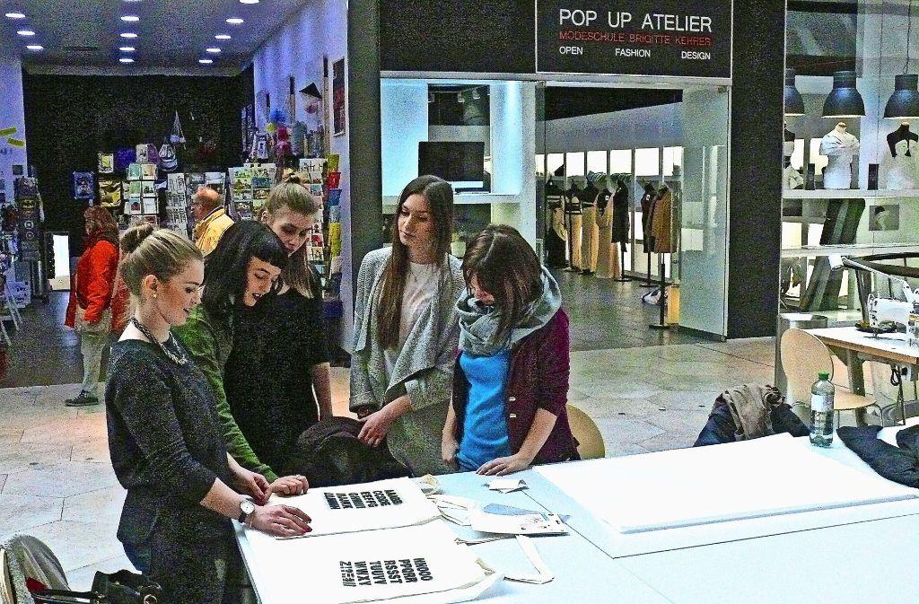 Bei der Aktion konnten die Teilnehmerinnen auch Taschen gestalten. Foto: Petra Mostbacher-Dix