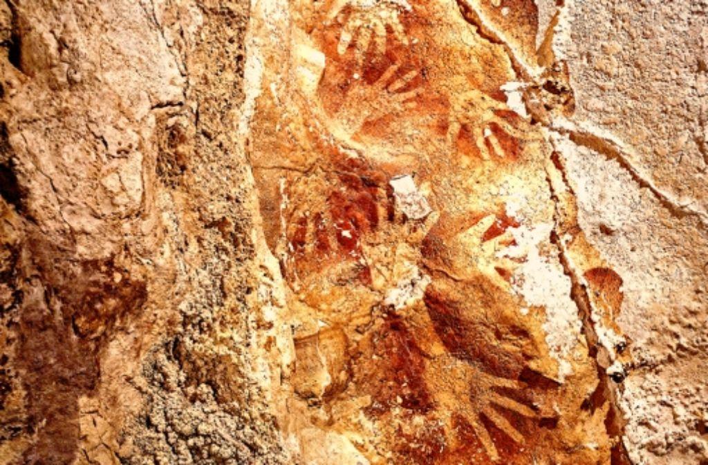 Diese Handumrisse auf der Insel Sulawesi sind mindestens 39.900 Jahre alt. Foto: Kinez Riza