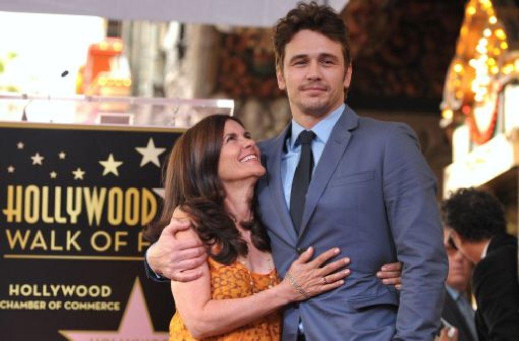 James Franco mit seiner Mutter Betsy, die sichtlich sehr stolz auf dem Stern ihres Sohnes ist. Foto: dpa/AP