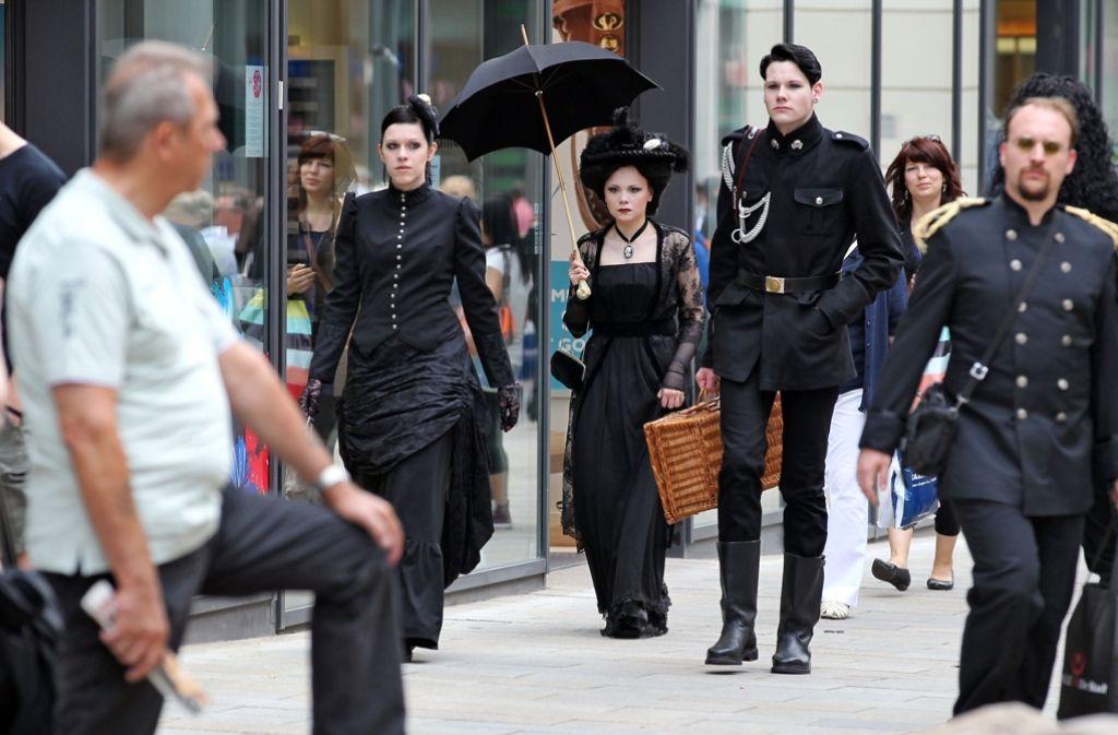 """Leipzig sieht schwarz: Jedes Jahr  erobern Anhänger der """"Schwarzen Szene"""" die Stadt beim Wave-Gotik- Treffen. In der Bildergalerie zeigen wir eine Typologie verschiedener Stile. Foto: dpa"""