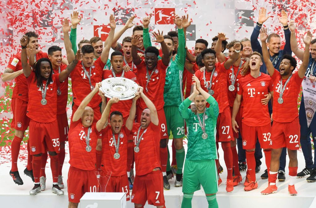 Der FC Bayern feiert - und mit ihm Franck Ribéry (unten, Zweiter von rechts) Foto: AFP