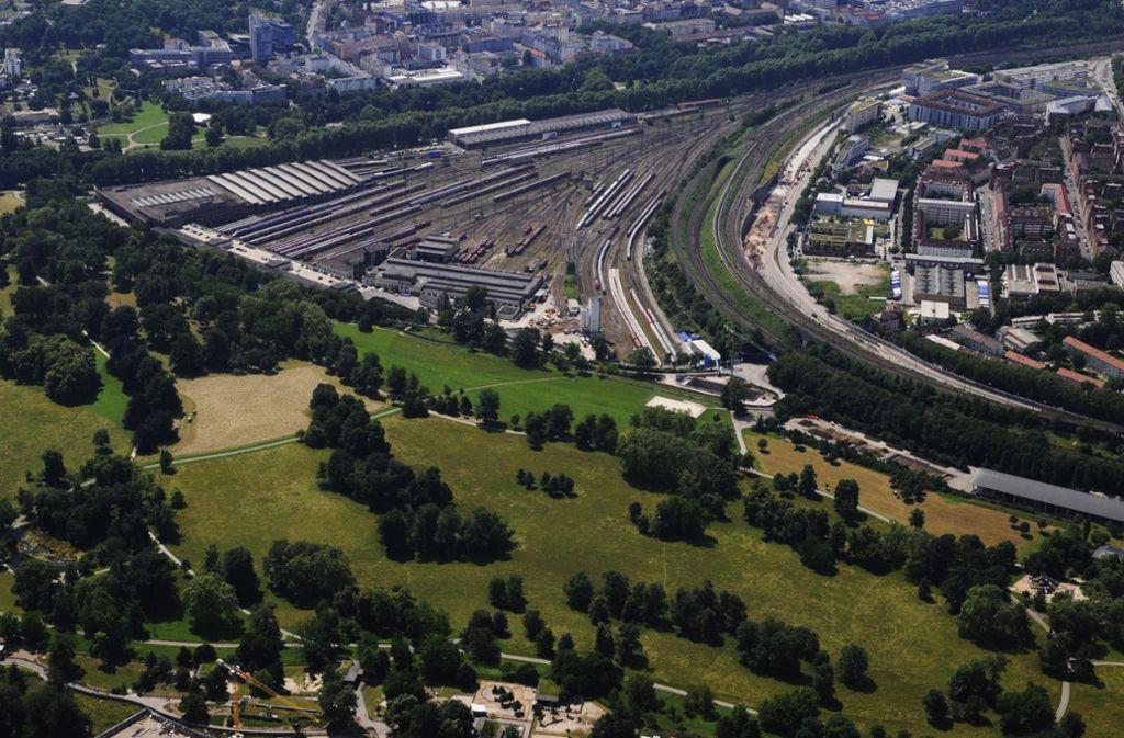 Über die Zukunft der Gleisflächen könnte am Bahnhof informiert werden. Foto: Storck