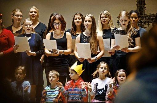 """Erzieherinnen und Kitakinder begrüßen singend das Zertifikat der Stiftung """"Singen mit Kindern"""" Foto: Gottfried Stoppel"""