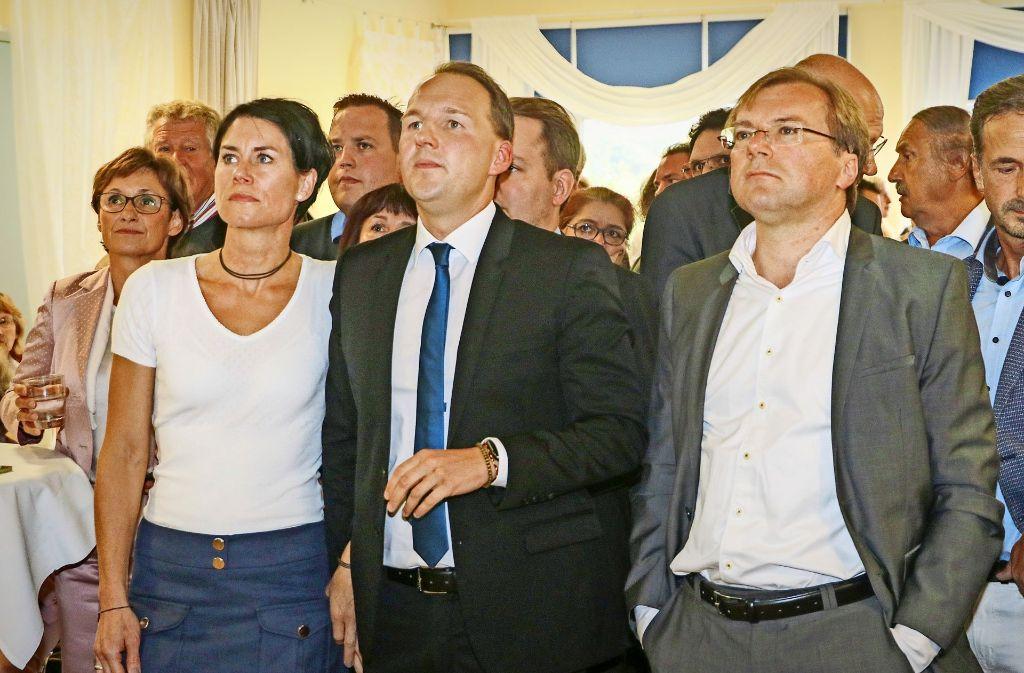 Betretene Gesichter bei der CDU: der künftige Bundestagsabgeordnete Marc Biadacz (Mitte) mit seiner Frau Tine Stierle und dem Landtagsabgeordneten Paul Nemeth (rechts) Foto: factum/Granville