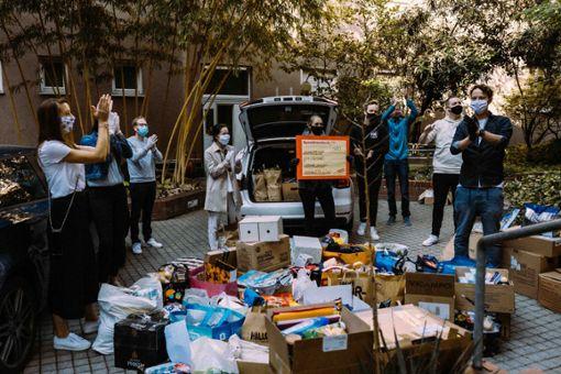 Helfer:innen sammeln Sachspenden für Kinder und Jugendliche