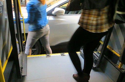 Bus bremst – 55-Jährige schwer verletzt