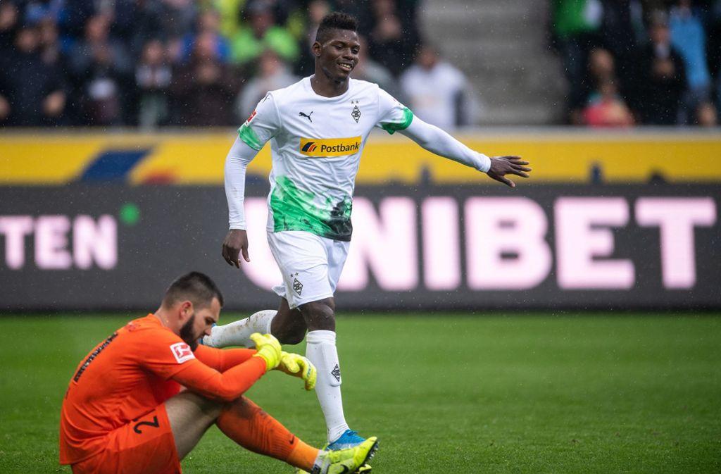 Breel Embolo jubelt nach seinem Treffer zum 5:1. Augsburgs Tomas Koubek ist bedient. Foto: dpa/Marius Becker