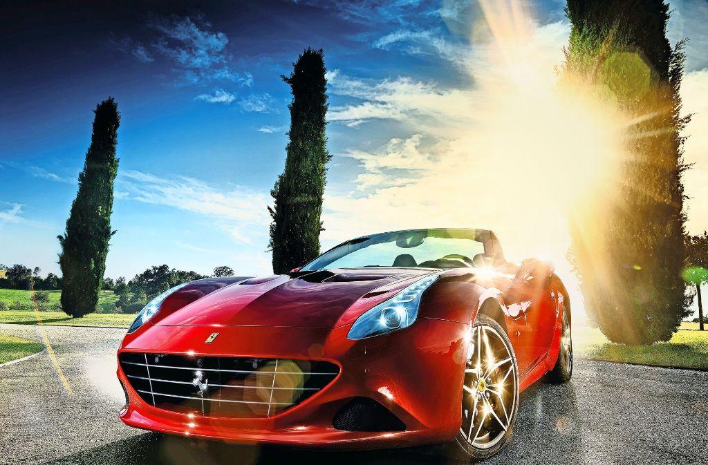 Ein neues Modell aus dem Hause Ferrari: der California T HS. Neue Modelle bekommt Raupp vom Autobauer zur Verfügung gestellt. Er fotografiert sie dann in der Gegend um Maranello. Foto: Günther Raupp
