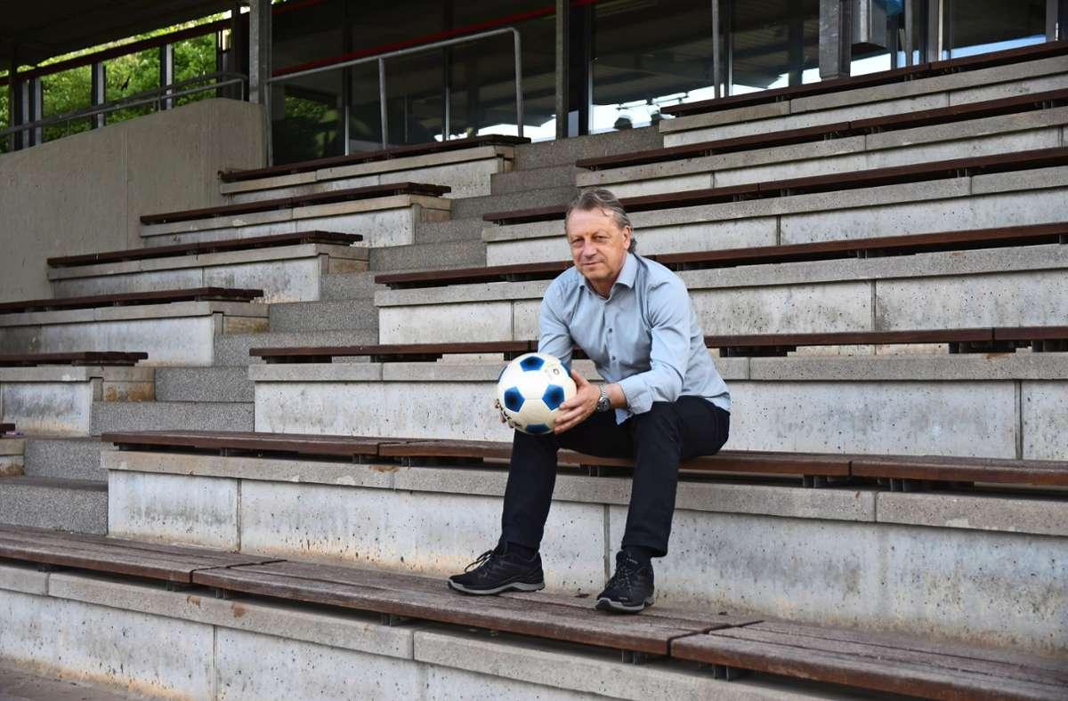 Klaus Hemminger sitzt auf der Tribüne des Max-Graser-Stadions in Fellbach, wo er als Spieler Foto: Maximilian Hamm