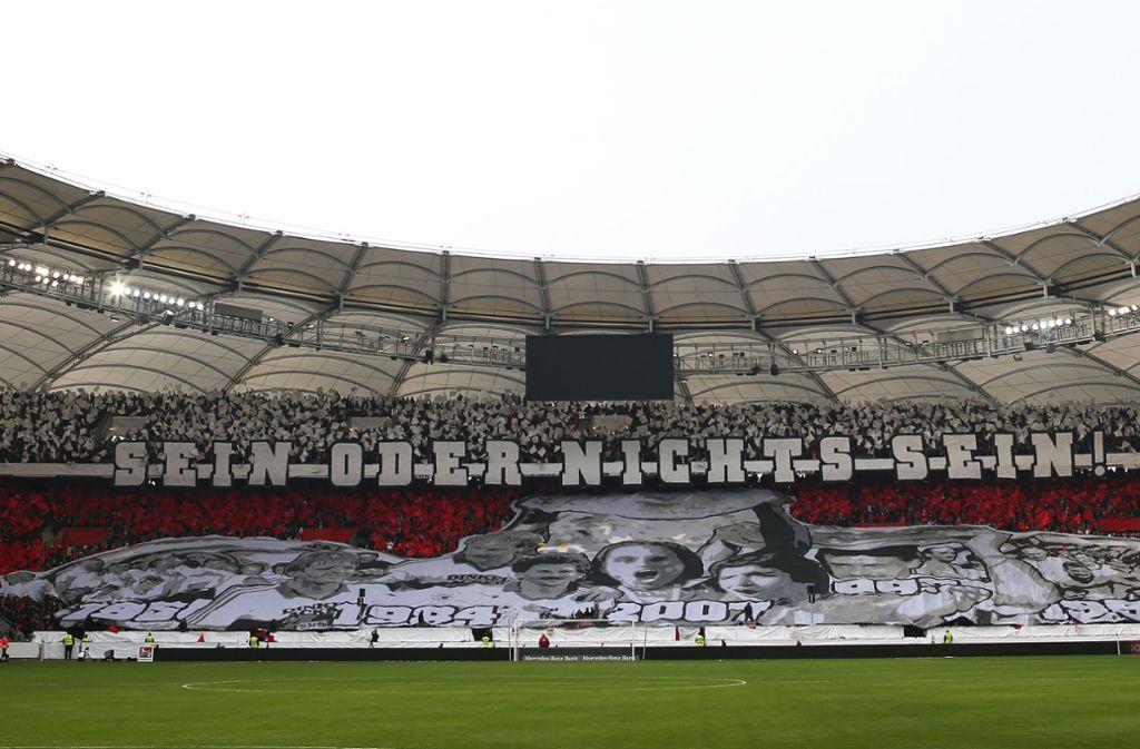 Die Fans des VfB Stuttgart lieferten vor dem Derby gegen den Karlsruher SC eine Choreografie. Foto: Pressefoto Baumann/Alexander Keppler
