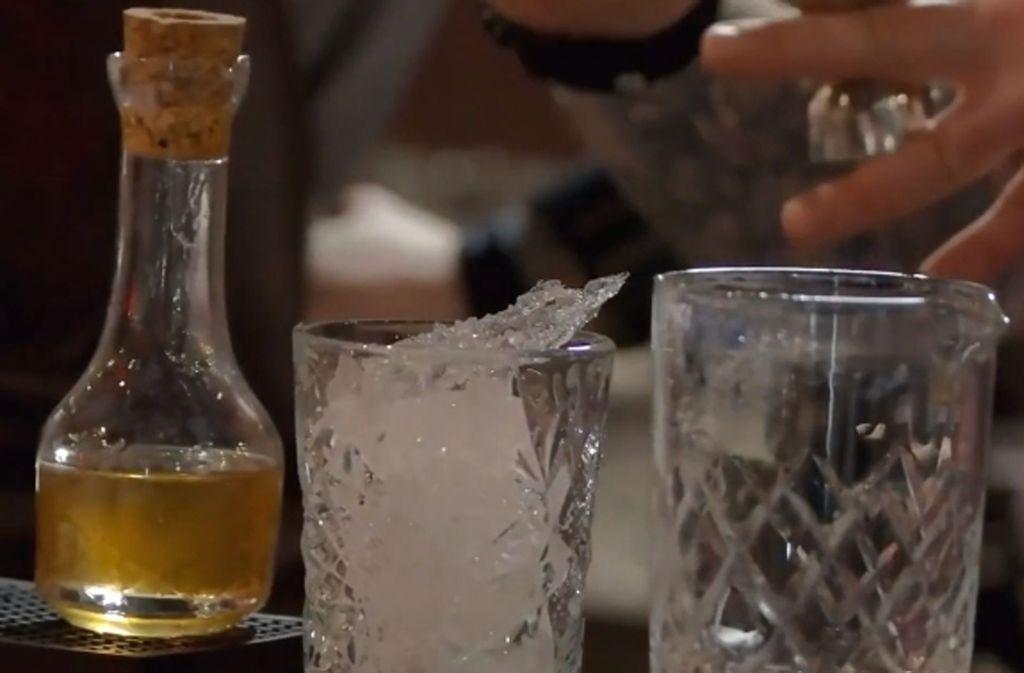 Gin wird vorzugsweise mit Eis, Tonic Water und einem Limettenschnitz serviert. Foto: Glomex/Puls 4