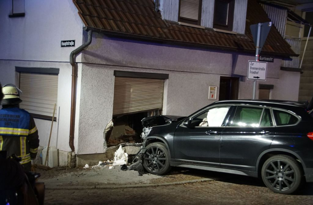 Endstation Wohnzimmer: Ein Fahrerin kracht mit ihrem Wagen gegen eine Hauswand. Foto: SDMG/Hemmann