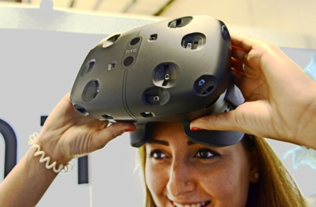 Europapremiere: auf der Messe Gamescom in Köln haben die Firmen HTC und Valve ihre neue Virtual-Reality-Brille Vive vorgestellt, die noch dieses Jahr auf den Markt kommen soll. In einer Bildergalerie zeigen wir weitere Eindrücke von der Messe. Foto: dpa