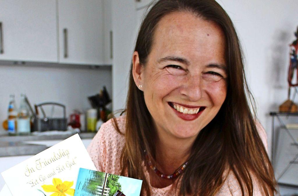 Susanne Bossenmayer mit alten Briefen und Fotos. Foto: Caroline Holowiecki