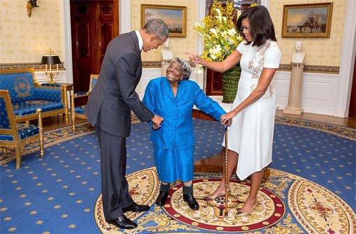 Die 106-jährige Virginia McLaurin (Mitte) mit Barack und Michelle Obama. Foto: dpa