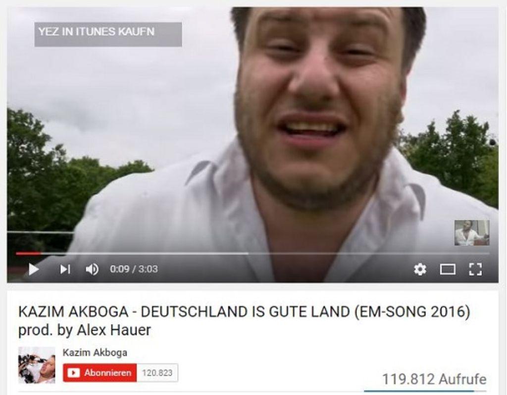 Kazim Akbogas Song zur EM heißt Deutschland is gute Land. Foto: Screenshot SIR