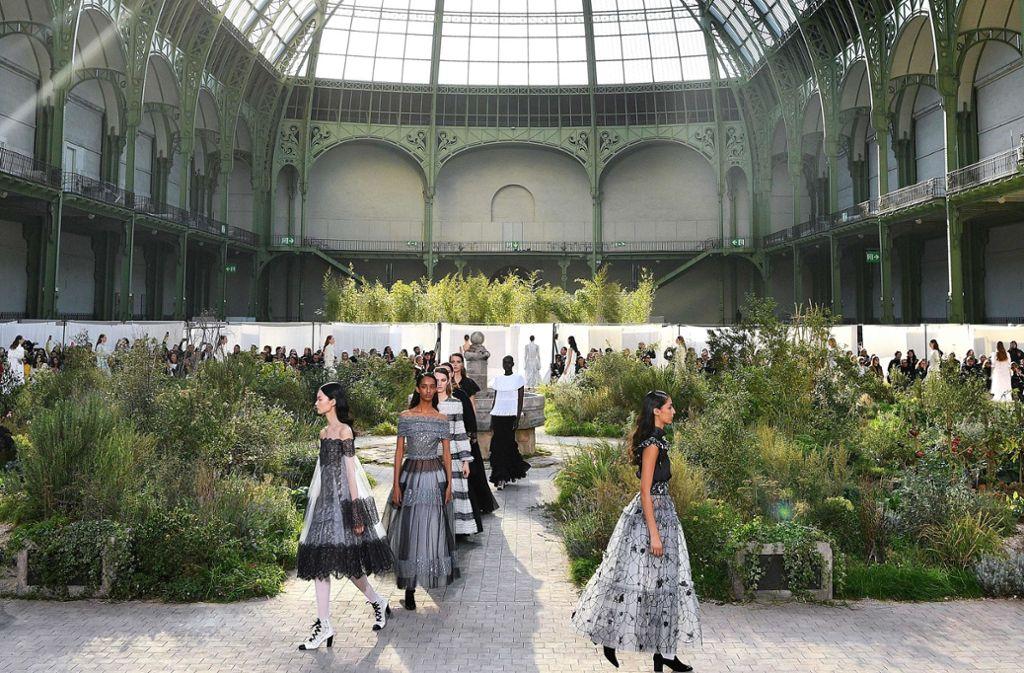 Neue Schlichtheit bei Channel. Ein Jahr nach dem Tode von Modezar Karl Lagerfeld ist die Schau des Modehauses in Paris sehr einfach gehalten. Foto: AFP/CHRISTOPHE ARCHAMBAULT