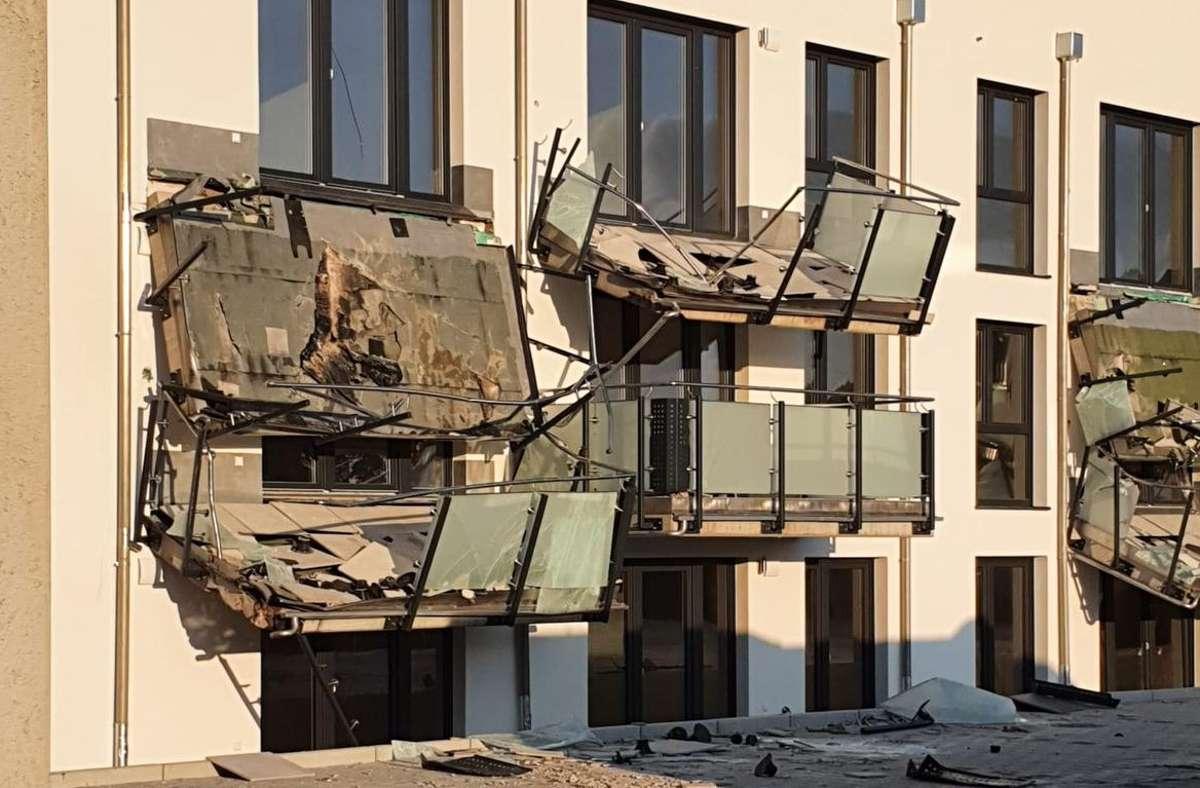Eine Spur der Zerstörung an einem Neubau hinterlässt ein Baggerfahrer, der die Balkone und einige Fenster mit der Schaufel bearbeitete.  Foto: Privat