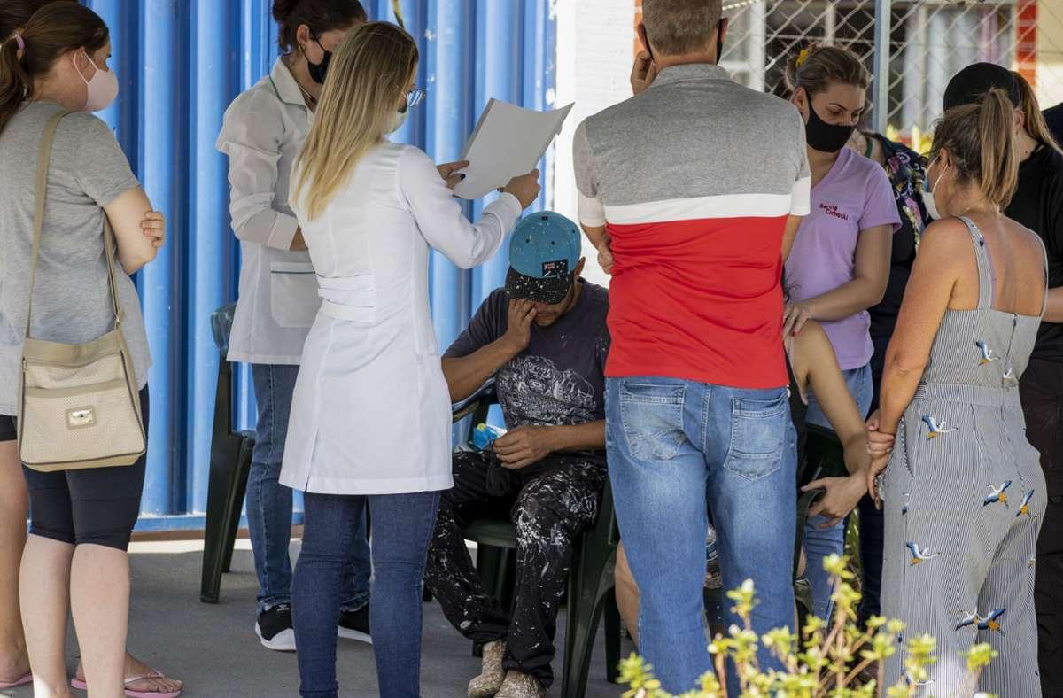 Angehörige versammeln sich vor der Kinderkrippe Aquarela nach einer bewaffneten Attacke. Nach ersten Angaben sind mindestens vier Menschen getötet worden. Foto: dpa/Liamara Polli