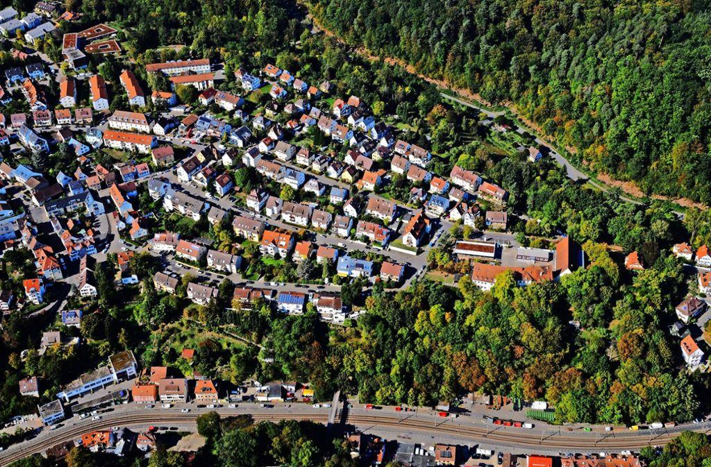 Die Böblinger Straße (im Bild vorne) ist wahrlich kein Schmuckstück. Sie zerschneidet den Stadtteil. Unser Foto zeigt zudem den evangelischen Hügel und die Straße Im Elsental. Foto: Manfred Storck