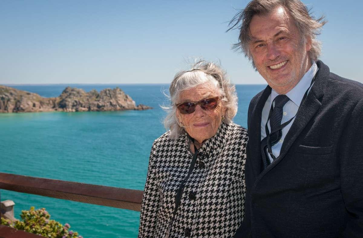 Die 2019 verstorbene Rosamunde Pilcher mit dem deutschen Filmproduzenten Michael Smeaton: Das Foto wurde 2014 in Cornwall aufgenommen. Foto: Jon Ailes