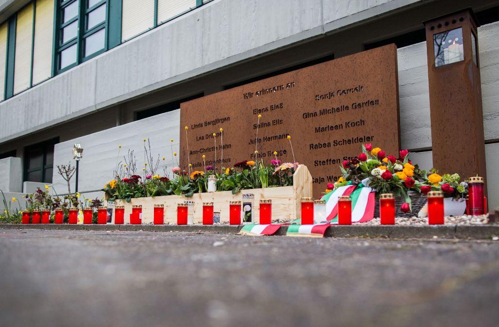 Kerzen und frische Blumen liegen am ein Jahr nach dem Absturz in Haltern am See vor dem Joseph-König-Gymnasium an einer Gedenktafel für die Opfer. 16 Schüler und zwei Lehrkräfte des Gymnasiums befanden sich an Bord der Germanwings-Maschine. (Archivfoto) Foto: dpa