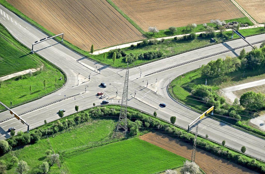 An dieser Kreuzung der beiden Landesstraßen bei Schwieberdingen werden Lastwagen großräumig umgeleitet. Foto: Werner Kuhnle