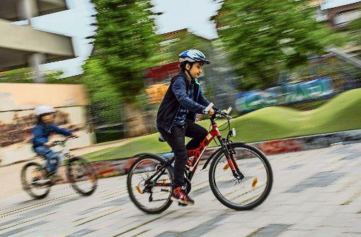 Auf dem Freizeitgelände hinter dem Züblin-Parkhaus üben die Grundschüler erst einmal mit den  Fahrrädern aus der Box  bevor die Radtour  losgeht. Foto: Lichtgut/Max Kovalenko