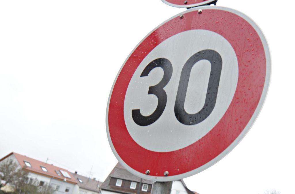 In Deutschland werden nach einer Änderung der Straßenverkehrsordnung wohl schon bald mehr Tempo-30-Schilder wie dieses montiert werden. Foto: dpa