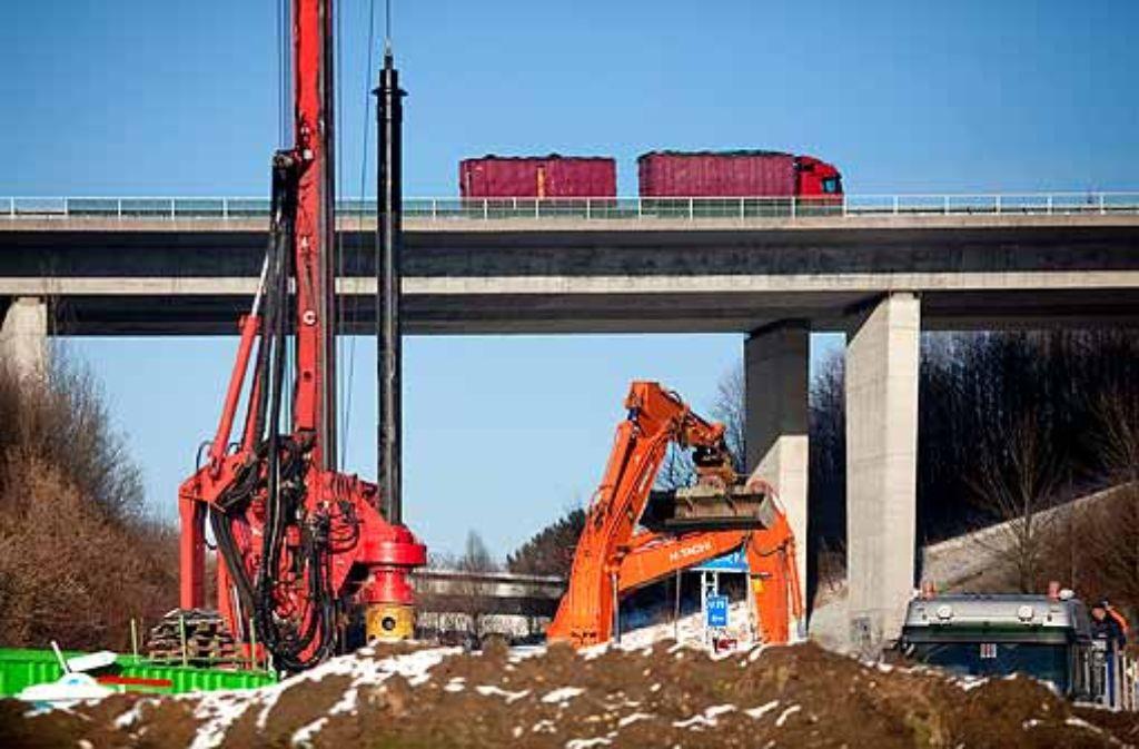 Die Bahn beginnt mit den Gründungsarbeiten für eine Brücke. Foto: Horst Rudel