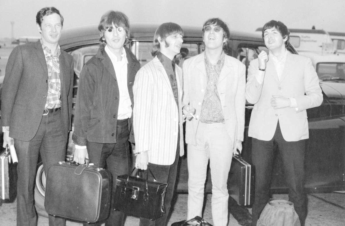 Der fünfte Beatle Brian Epstein (li.) neben George Harrison, Ringo Starr, John Lennon und Paul McCartney Foto: imago/Cinema Publishers Collection/Roy Cummings