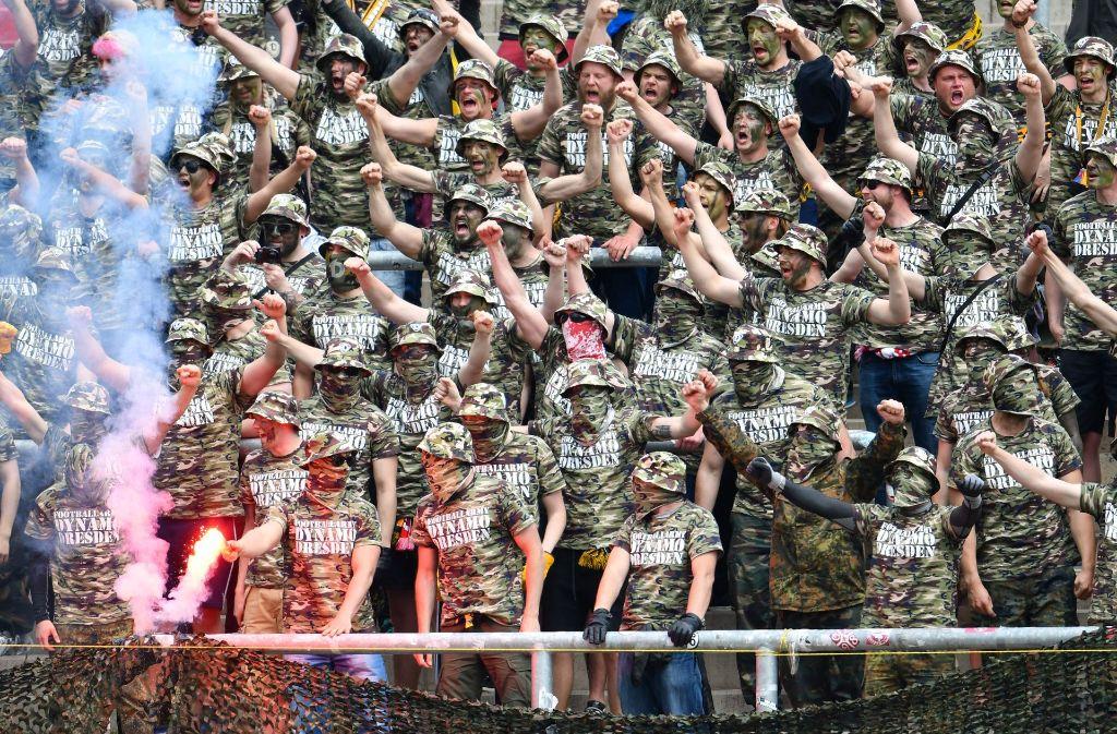 Mit einer Razzia sind Polizei und Justiz gegen Fans von Fußball-Zweitligist Dynamo Dresden vorgegangen. Hintergrund sind Ausschreitungen bei einem Spiel der Dresdner am 14. Mai in Karlsruhe. Foto: dpa