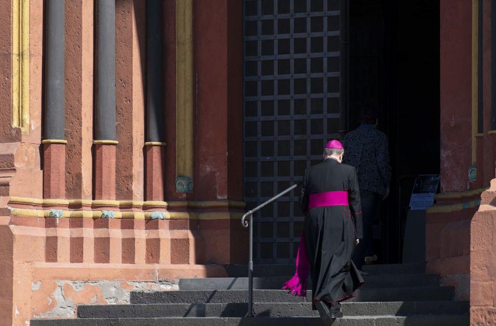 """Ein schwerer Gang: Georg Bätzing, Vorsitzender der Deutschen Bischofskonferenz und Bischof von Limburg, auf dem Weg in """"seinen"""" Dom. Foto: dpa/Boris Roessler"""