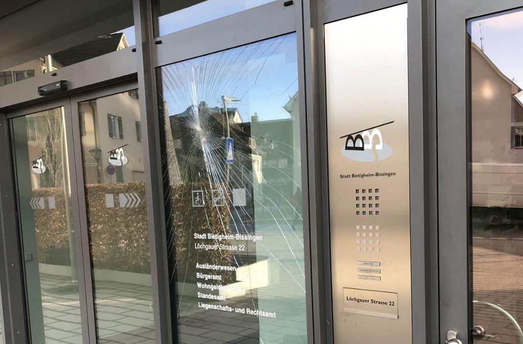 Die unbekannten Täter zerstörten unter anderem am Bürgeramt in Bietigheim eine Scheibe im Eingangsbereich. Der Schaden wird auf über 1500 Euro veranschlagt. Foto: Stadt Bietigheim