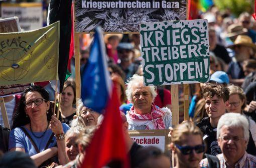 Hunderte Menschen demonstrieren für Abrüstung und Frieden
