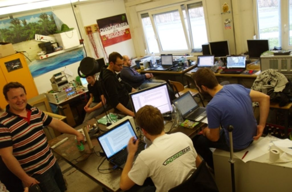In der Elektronikabteilung wird eifrig an der Steuerung gearbeitet. Foto: Rüdiger Ott