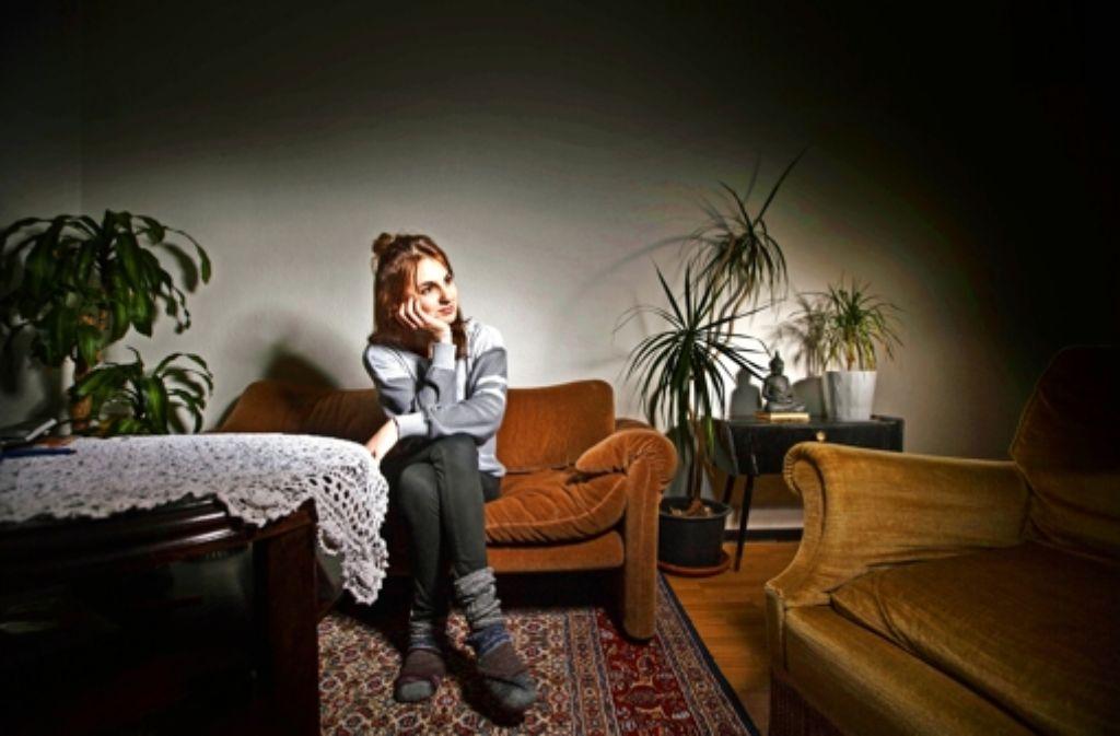 Mona K. blickt im Wohnzimmer ihrer WG auf  das Cannstatter Volksfest zurück . Foto: Gottfried Stoppel
