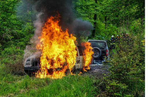Abschleppversuch geht schief – zwei Autos brennen mitten im Wald