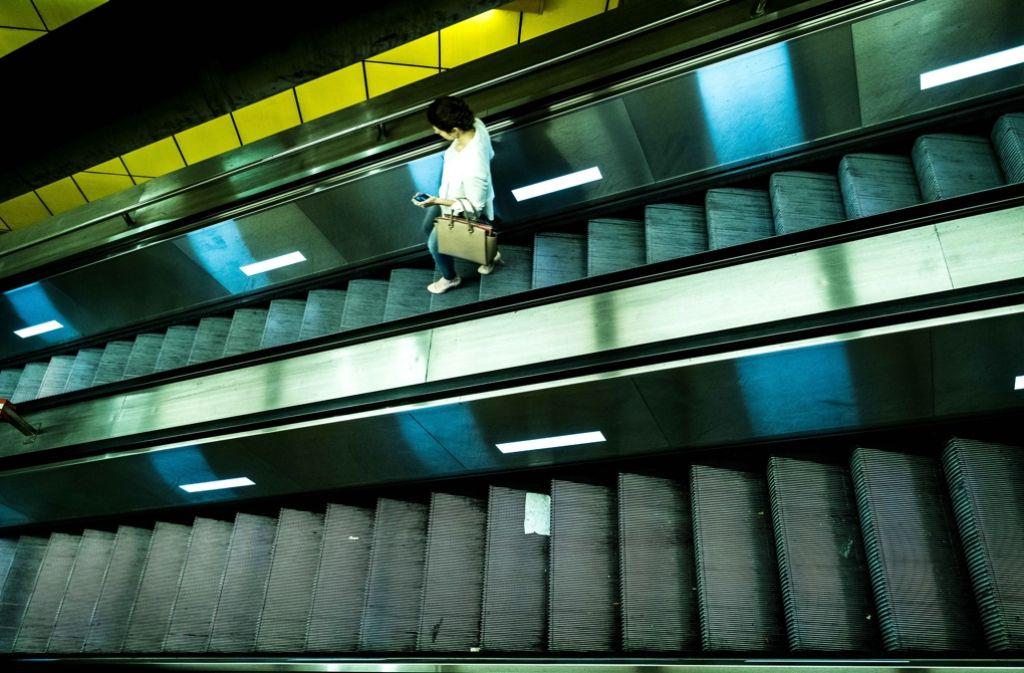 Laufen statt Fahren: Die Rolltreppen an der S-Bahn-Station Schwabstraße sind ein ständiges Sorgenkind. Foto: Lichtgut/Leif Piechowski