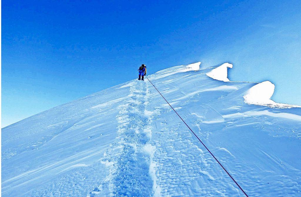 Nur noch wenige Meter – dann ist es geschafft. Der Gipfel des  Mount Everest  ist zum Greifen nah. Foto: Furtenbach Adventures