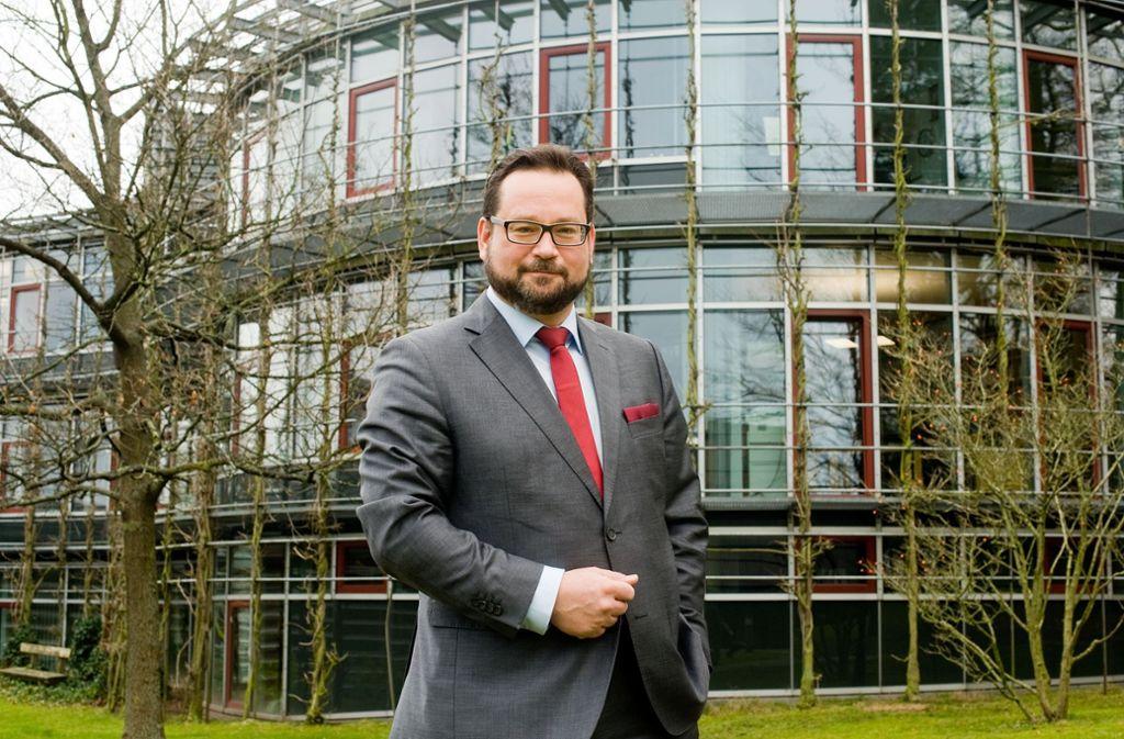Umweltmanager statt Umweltpolitiker: DBU-Geschäftsführer Alexander Bonde vor einem der Stiftungsgebäude in Osnabrück Foto: DBU