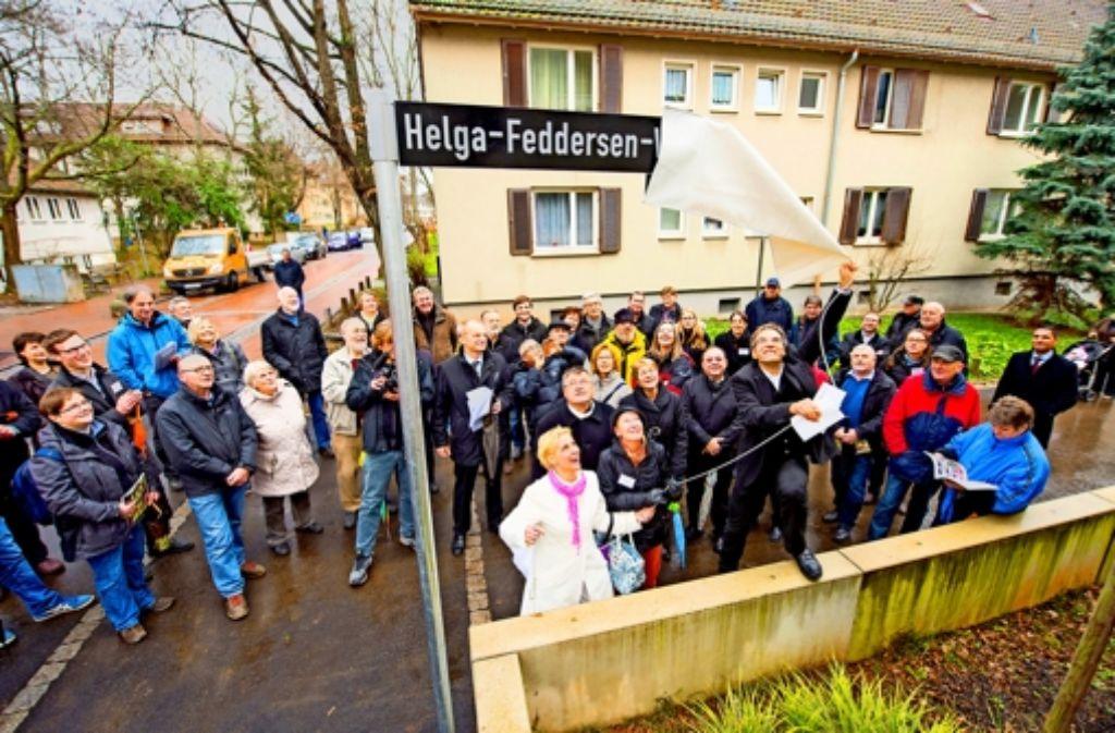 Der neue Wegname wird von Bürgermeister Werner Wölfle (rechts) enthüllt. Foto: Martin Stollberg
