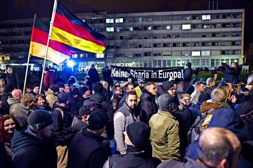 Die Pegida in Dresden: deutsche Fahnen gegen den vermeintlichen Vormarsch von islamischem  Recht. Foto: AFP