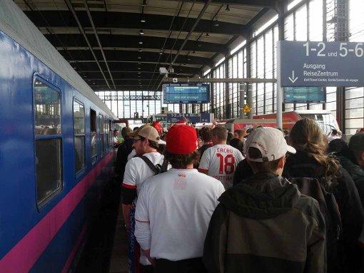 Fans trotzen dem Bahnstreik