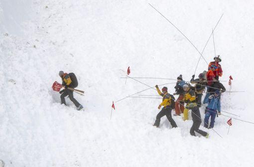 Massive Lawine reißt Skiläufer mit - sechs Verschüttete gerettet