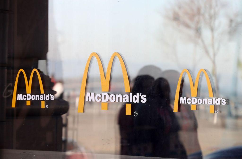 Eine Frau rastet aus, weil sie in einer McDonalds-Filiale keinen Ketchup bekommt (Symbolbild). Foto: GETTY IMAGES