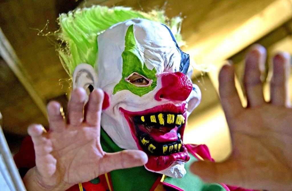 Beim Überfall hatte der Täter sich als Gruselclown maskiert. Foto: dpa/Paul Zinken